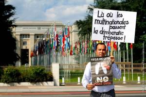 Javier Correa, président de SINALTRAINAL, devant le Palais des Nations à Genève